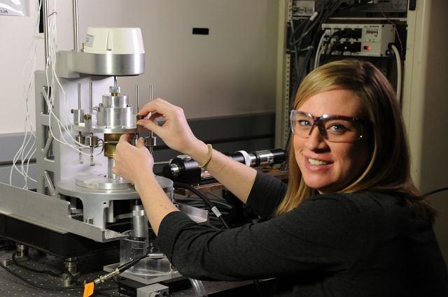 Jenni Popp z prototypem bioreaktora do inżynierii tkankowej