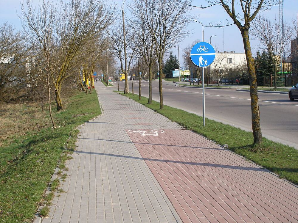 Koniec drogi rowerowej i początek drogi dla rowerów i pieszych w Suwałkach.