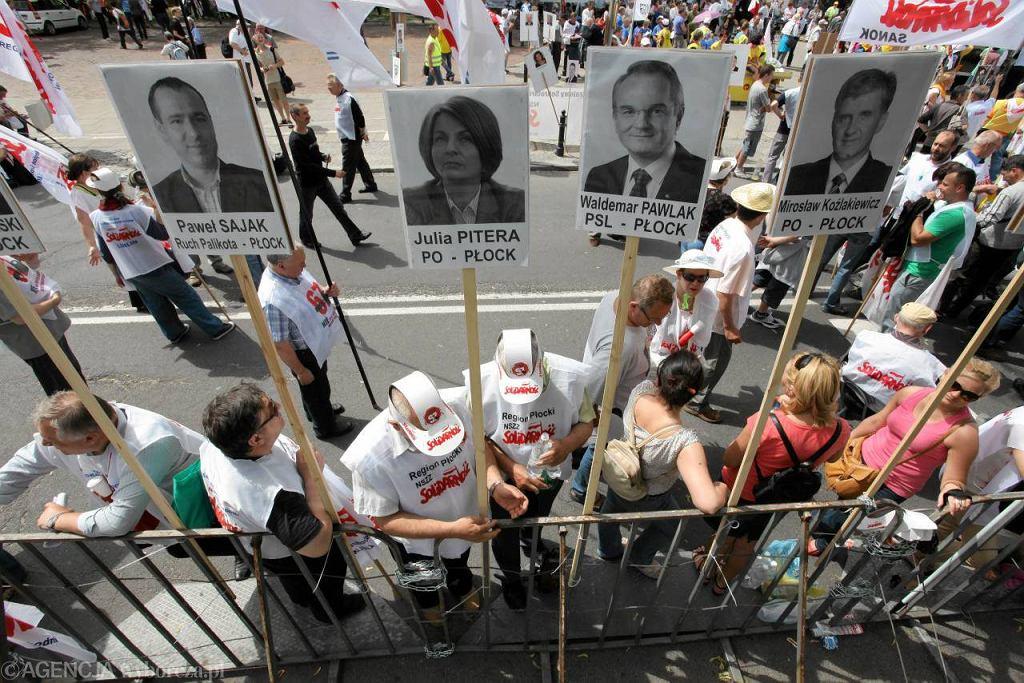 Demonstracja związkowców przed Sejmem