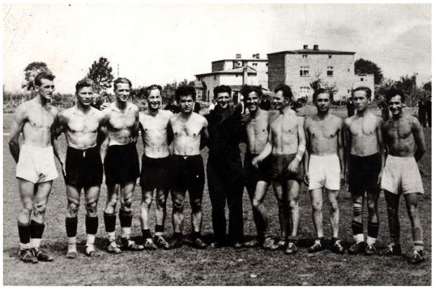 Rok 1941 - konspiracyjna dru?yna pozna?skiego D?bca. Od lewej Tarka, Dusik, A. Skowro?ski, Rasz, Jarecki, Halicki, Treja, Atlasi?ski, Tomczak, Polka.