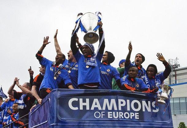 Chelsea Londyn świętuje w otwartym autobusie na ulicach Londynu swój historyczny triumf w Lidze Mistrzów