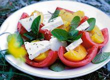 Sałatka z pomidorów, fety i brzoskwiń - ugotuj