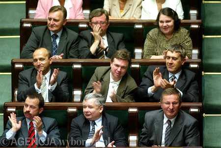Rok 2004, posłowie LPR i PiS po przyjęciu uchwały w sprawie praw Polski do niemieckich reparacji wojennych