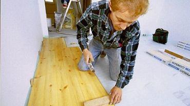 Podczas montażu paneli przydadzą się drewniane kliny - do oddylatowania posadzki od ścian. Przyda się też deseczka, przez którą panele będzie można dobijać młotkiem, nie ryzykując zniszczenia ich powierzchni