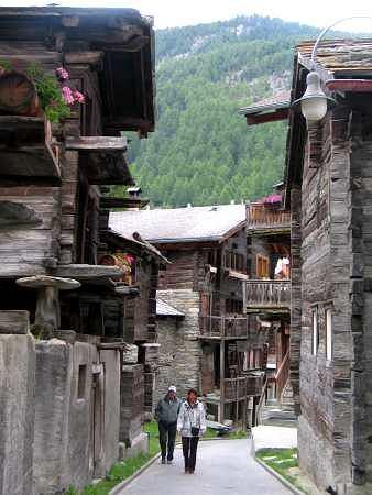 Uliczka starych domów w Zermatt