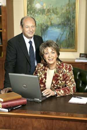 Mąż dr Ireny Eris Henryk Orfinger nigdy z żoną nie rywalizował. Ona jest 'twarzą firmy', natomiast on kieruje firmą na co dzień. Ale wszelkie działania strategiczne podejmują wspólnie.