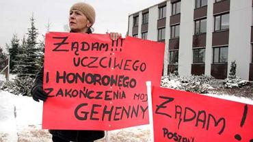 Pikieta zdesperowanej podatniczki Niny Cholewickiej z Chmielnika pod Izbą Skarbową przy ul. Witosa w Kielcach