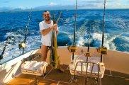 Autor z własnoręcznie złowioną rybą mahi-mahi, mój pierwszy raz, morze, Młody człowiek a może: łowy na marlina,  Jedzą rybę, jedzą rybę...
