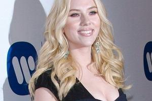 Natomiast w dłuższych blond lokach - wygląda kobieco, seksownie i znacznie młodziej.