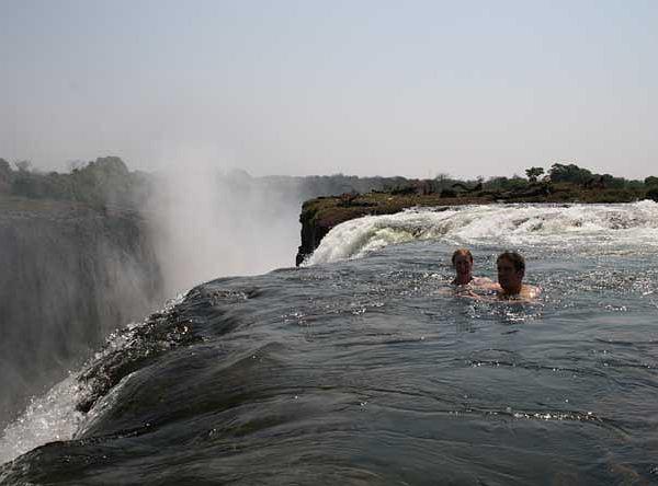 Turyści kąpią się nad Wodospadami Wiktorii
