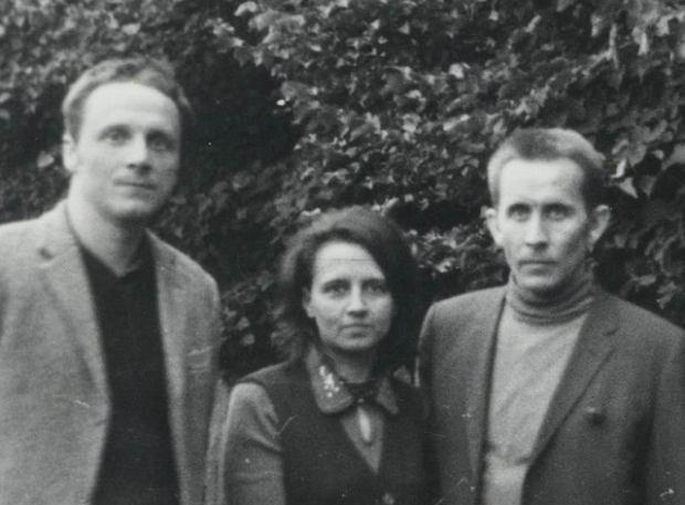 Stefan Niesiołowski dzień po wyjściu z więzienia w Barczewie 25 września 1974. Obok Andrzej Czuma z żoną Urszulą i synem