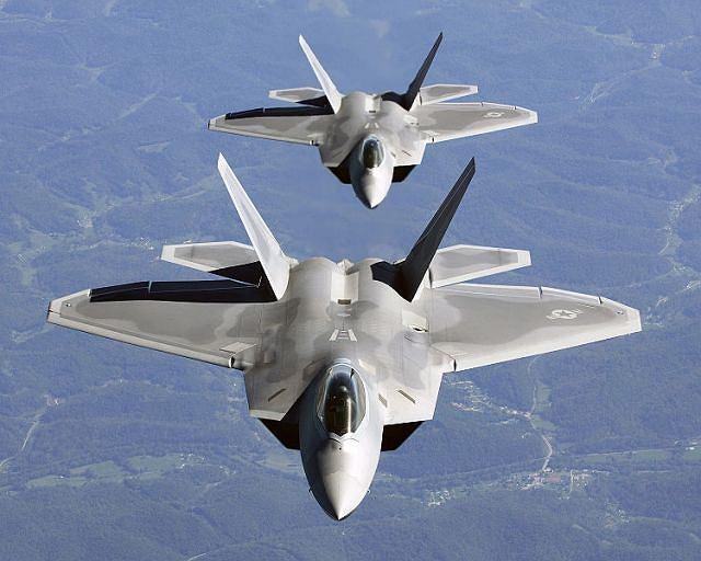 Pilot myśliwca F-22 Raptor ma przed sobą dziesiątki wskaźników, jednak oprogramowanie sterujące pracą wszystkich układów jest dwunastokrotnie mniejsze, niż to sterujące samym układem radia/nawigacji w Mercedesie S klasy
