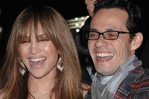 Wbrew wszelkim plotkom, nadal pokazują się razem i razem się uśmiechają. Ostatnio byli gośćmi otwarcia nowego salonu Topshop w Nowym Jorku. Jakoś dziwnie wyglądali, za to Kate Moss nawet całkiem świeżo jak na siebie.
