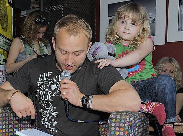 Borys uwielbia uprzyjemniać czas najmłodszym, dlatego z chęcią wziął udział w akcji czytania dzieciom. W księgarnio-kawiarni