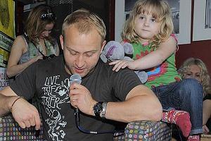 Borys uwielbia uprzyjemniać czas najmłodszym, dlatego z chęcią wziął udział w akcji czytania dzieciom. W księgarnio-kawiarni Czuły Barbarzyńca czytał swoim najmłodszym fanom. Oczywiście nie zabrakło największej fanki, czyli córeczki aktora - Sonii.  Dziewczynka jest tak podobna do ojca, że aż trudno w to uwierzyć. Przesłodka!
