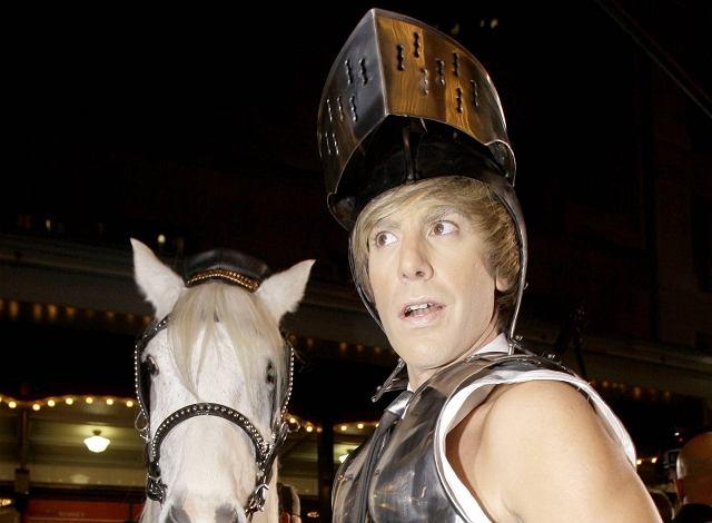 Był bykiem, człowiekiem w różowym kombinezonie i żołnierzem. W Australii Bruno zamienił się w rycerza na białym koniu. Daleko odbiega od marzeń kobiet...