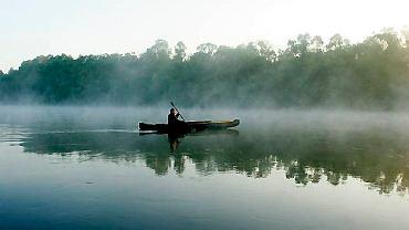 Lucek płynie w stronę Białorusi w porannej mgle