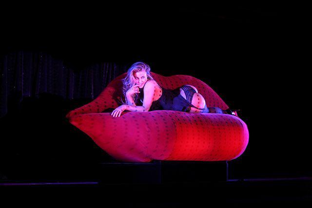 Nowe wyzwania to to, co Carmen Electra kocha najbardziej. Aktorka zgodziła się gościnnie wystąpić w najsłynniejszym burleskowym show w Las Vegas. Fani na chwilę wstrzymali oddech, gdy w numerze końcowym Carmen pokazała swoje największe skarby.Więcej na www.widelec.pl