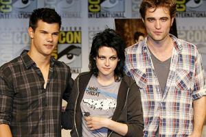 Taylor Lautner, Kristen Stewart a przede wszystkim Robert Pattinson z dnia na dzień stali się rozpoznawalnymi na całym świecie gwiazdami. Wszystko za sprawą filmu Twilight, dzięki któremu powróciła moda na wampiry. Trójka gwiazdek promuje drugi film z serii: Księżyc w nowiu, a kręcony jest już trzeci.
