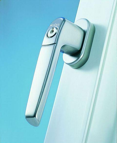 Przykład klamki zamykanej na klucz do okien antywłamaniowych Schüco Corona