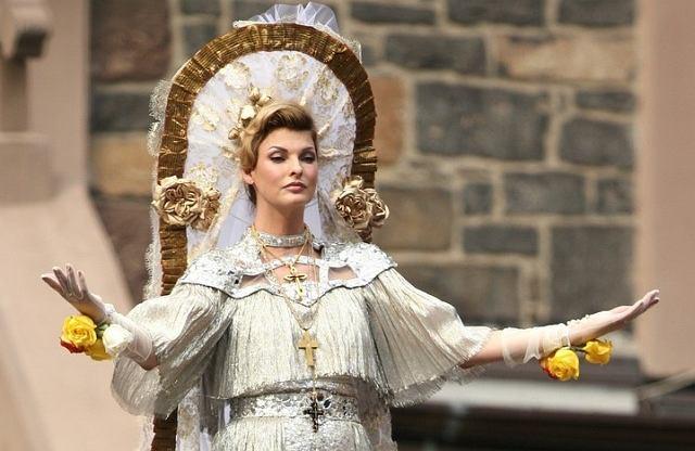 Kiedy Madonna ma zagrać w Polsce koncert w intencji jego odwołania odprawiane są msze. Co więc byłoby, gdyby któraś z polskich gwiazd zdecydowała się na sesję, w jakiej udział wzięła ostatnio Linda Evangelista? To dopiero byłby skandal!