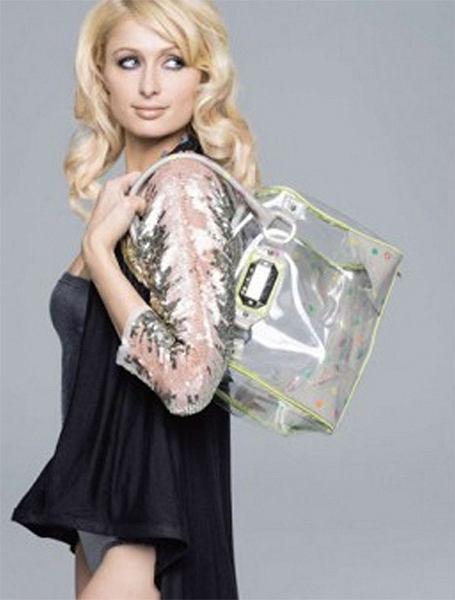 Paris Hilton promuje najnowszą linię sygnowanych własnych nazwiskiem toreb (na zdjęciu Paris z torbą plażową)