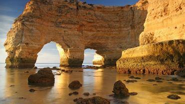 Nie ma w Europie bardziej malowniczych plaż niż na południu Portugalii. Każdego roku rejon ten odwiedzają setki tysięcy turystów z całego świata