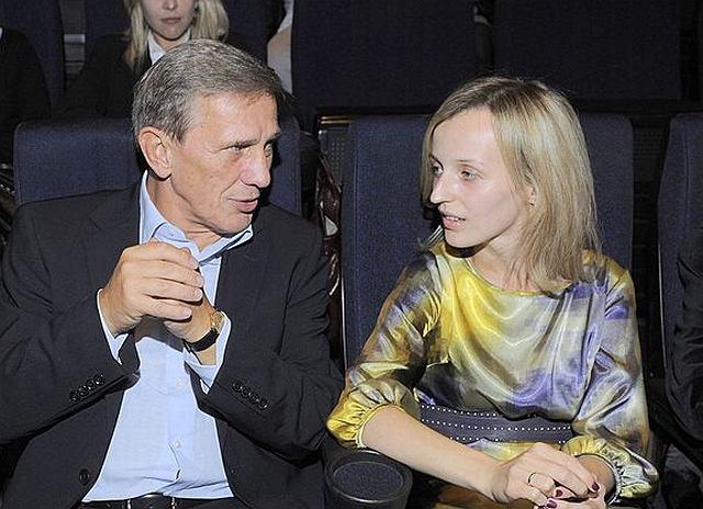 Kamilka i Andrzej Łapiccy na dobre pokochali salony, a zwłaszcza premiery teatralne. W końcu to wspólna miłość do teatru ich połączyła. Ostatnio spotkali na jednej z nich Jana Englerta.