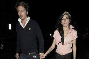 Co takiego ma w sobie Amy Winehouse, że jednak co jakiś czas ma faceta? Ostatnio znów jest z piosenkarzem Tylerem Jamesem. Kilka dni temu para wspólnie wybrała się na kolację i do klubu jazzowego, w którym Amy zagrała koncert. Chłopak wydaje się dla Amy trochę za porządny... Ale kto wie, może Amy też już się uspokoiła?