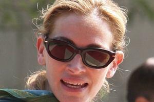 Julia Roberts nie boi się wyzwań. Otoczona kordonem policji i prywatnych ochroniarzy kręci właśnie zdjęcia w Indiach. W filmie produkowanym przez Brada Pitta gra kobietę, które ucieka do dalekiego kraju, by odnaleźć siebie. Ciekawe, czy Julia znalazła?