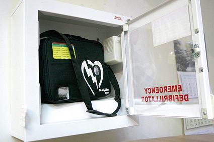 Defibrylatory są już w wielu urzędach, kinach, centrach handlowych.