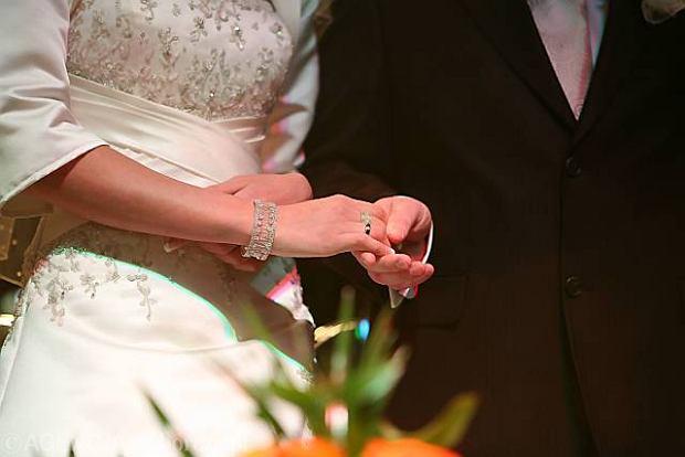 """Ślub z bankiem za niską marżę. Czy kredyt w """"zgrzewce"""" jest tańszy?"""