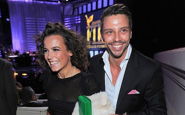 Na wczorajszej gali Złotych Kaczek 2009 Anna Mucha pojawiła się razem ze swoim partnerem - Marcelem Sorą. Ta para budziła zdecydowanie największe zainteresowanie fotoreporterów. Wcale nie jesteśmy zdziwieni. Musimy przyznać, że Ania i Marcel świetnie razem wyglądają - naprawdę do siebie pasują. Oboje wciąż się uśmiechali. Aż chciało się na nich patrzeć.