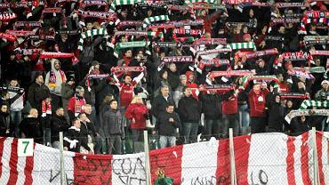 Kibice Wisły prezentują flagę Cracovii do góry nogami podczas derbów Krakowa