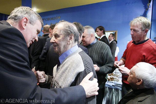 Henryk Wieczorek (z lewej) i nie żyjący już Gerard Cieślik na spotkaniu opłatkowym Ruchu w 2009 roku.
