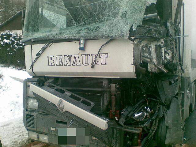 Pięć osób rannych po zderzeniu busa z ciężarówką