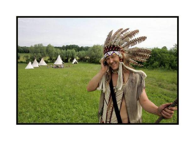 Warszawa,  Kampinos.  Wioska indiańska Heyoka. Sylwek,  Indianin  preriowy Lakota prowadzi od lat zajęcia edukacyjne dla dzieci. W wiosce, która liczy 5 tipi, Sylwek mieszka z kolegą Darkiem i psem Bębnem  przez całe lato.