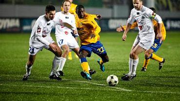 Arka - Ruch 0:3. Joel Tshibamba w towarzystwie trzech piłkarzy Ruchu: Macieja Sadloka, Michała Pulkowskiego i Grzegorza Barana