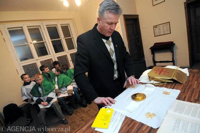 Andrzej Kubiak, szafarz, przygotowuje się do mszy świętej w parafii Brzozie