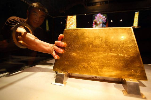 Ogromna sztabka złota Fot. REUTERS/NICKY LOH