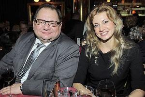 Ryszard Kalisz po raz pierwszy publicznie pokazał swoją nową partnerkę. Polityk zabrał ją na premierę widowiska Powrót Wielkiego Szu w teatrze Sabat.