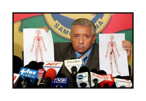 Andrzej Lepper po wyjściu ze szpitala prezentuje na konferencji prasowej grafiki z układem krążenia zdrowego człowieka, Warszawa 2007 r.