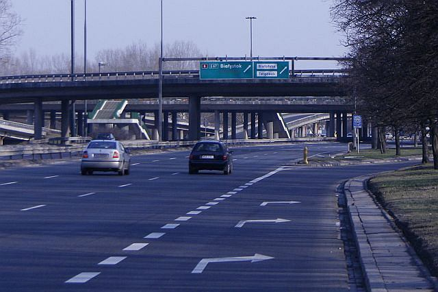 Zjazd z Wybrzeża Gdyńskiego w Al. Armii Ludowej (nitka w kierunku południowym). Znosi on podwyższenie dopuszczalnej prędkości do 80 km/h