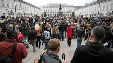W warszawskich Łazienkach otwarto wystawę poświęconą pamięci tragicznie zmarłego prezydenta Lecha Kaczyńskiego. Na zdjęciu: 10 kwietnia, na wieść o katastrofie prezydenckiego samolotu warszawiacy zbierają się pod Pałacem Prezydenckim