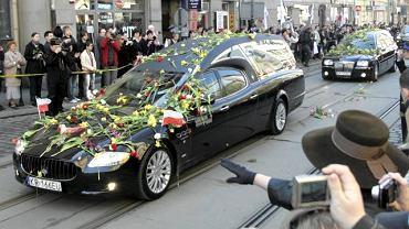 Parę prezydencką żegnają tysiące mieszkańców Krakowa i goście