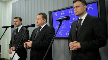 Posłowie PiS Mariusz Błaszczak, Jarosław Zieliński i Arkadiusz Mularczyk podczas konferencji prasowej