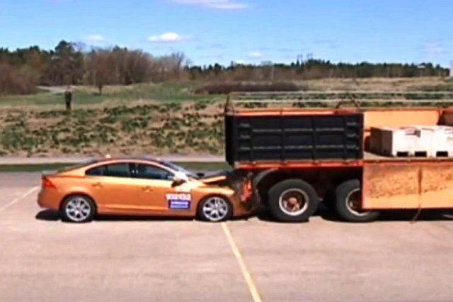 Widowiskowy crash-test Volvo S60