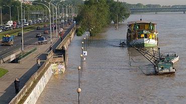 Bulwar pomiędzy mostem Śląsko-Dąbrowskim a Gdańskim. od jezdni do wody jest tu kilka metrów