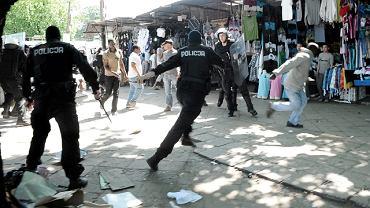 Policjanci nie patyczkowali się podczas zaprowadzania porządku. Do opanowania sytuacji ściągnięto funkcjonariuszy z oddziału prewencji. Najpierw otoczyli kordonem grupę najbardziej agresywnych, później wyłapywali pozostałych, którym udało się uciec. Z tłumu handlarzy wyłuskiwali czarnoskórych