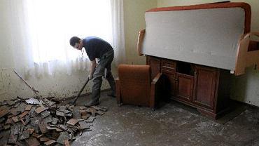 Czechowice Dziedzice. Pan Adrian Głąbek sprząta swój zalany dom